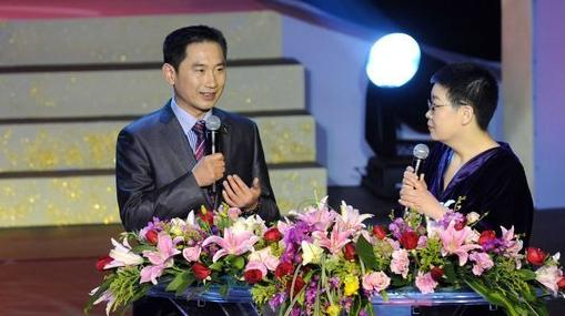 义救临汾白血病教师的骨髓捐献志愿者张晓春(左)