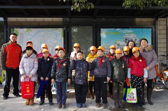 提倡低碳环保,设立公共自行车以来,一道道绿色,橙色的风景线便在镇江