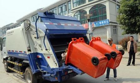 配有翻桶设备的新型垃圾压缩车在方家湾小区进行作业